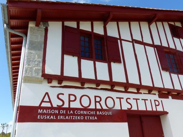 Asporotsttipi_maison_de_la_corniche_basque